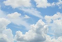 淡蓝色天空飘着很多层云