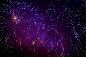 紫色烟花礼花焰火夜景广告背景图片