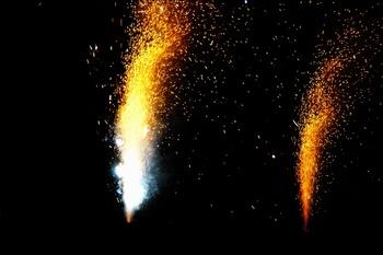 黄色烟花礼花焰火夜景广告背景图片