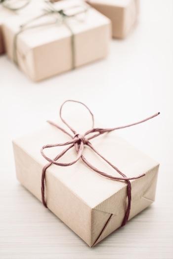 用绳子系着的纸包装礼盒