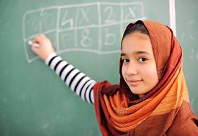 阿拉伯少女在黑板上写字