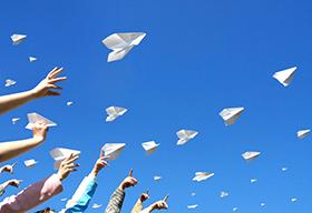 孩子们扔出纸飞机
