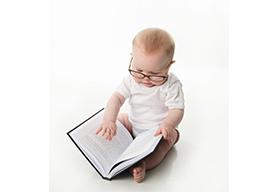 翻书看的婴儿