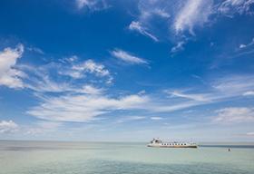 海面上的蓝天白云