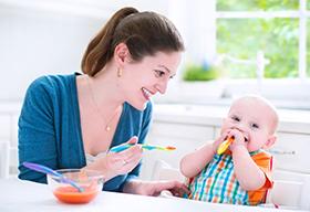 喂孩子吃果汁的妈妈