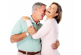 一对健康开心的中老年夫妇