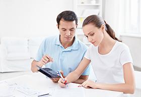 一对年轻夫妻在家理财算账