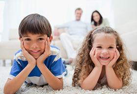 两个可爱的孩子趴在地摊上