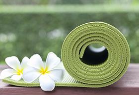 卷着的练瑜伽用的毯子