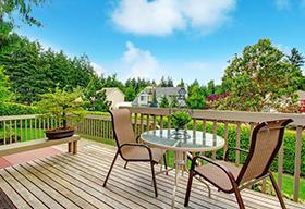 庭院花园里的一对座椅