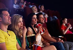 在电影院里看电影的一对对情侣